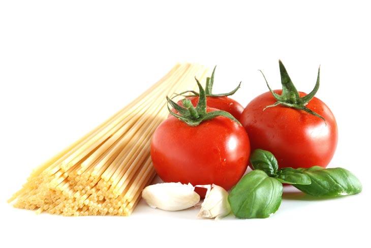 Espaguetis con tomate natural y albahaca