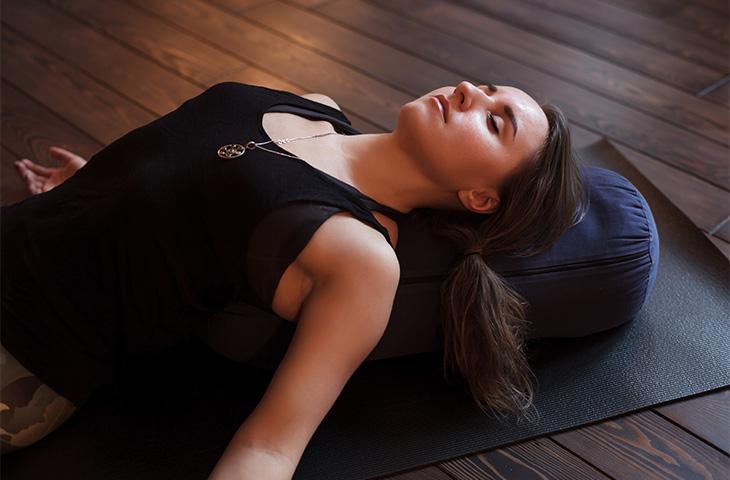 yoga para relajarse en casa